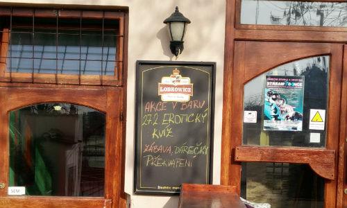 Photo of blackboard outside pub advertising an erotic quiz: Akce v baru - 27.2 Erotický kvíz - Zábava, Dárečký, Překvapení