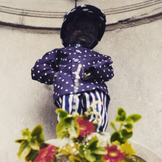 Photo of Manneken Pis wearing modrotisk