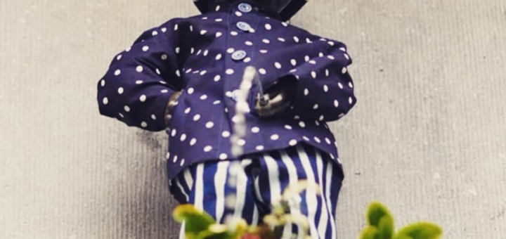 Photo of Manneken Pis wearing modrotisk